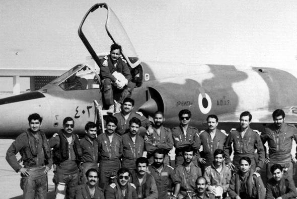 טייסי איחוד האמירויות ביחד עם מדריכים מפקיסטן, על מיראז' 5