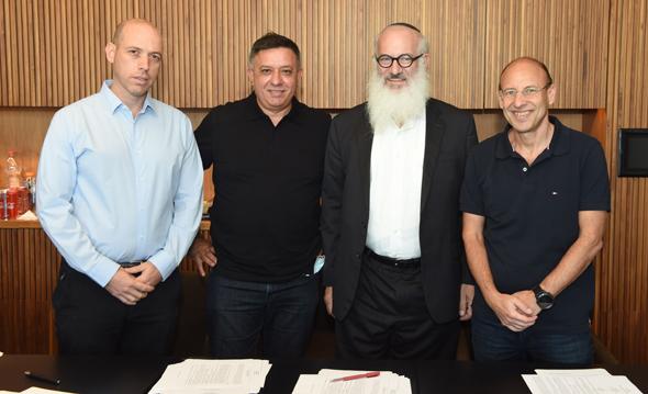 מעמד החתימה. מימין: גיל שרון, אדוארדו אלשטיין, אבי גבאי וצביקה שווימר