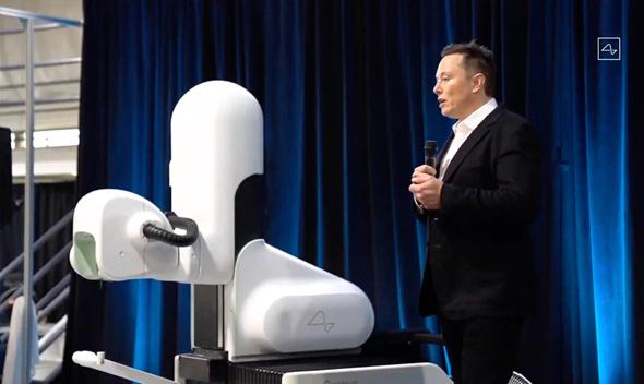 אלון מאסק מציג את הרובוט המנתח של נוירולינק, השבוע. הקהילה המדעית הגיבה בספקנות, צילום: אי אף פי