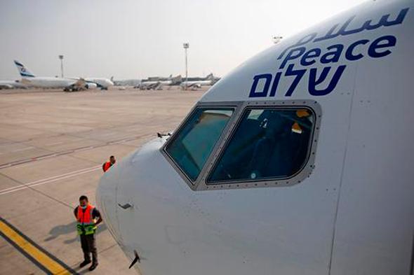 הכיתוב ב-3 שפות על מטוס אל על בדרך לאבו דאבי