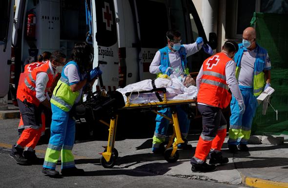 פינוי חולה קורונה במדריד, צילום: רויטרס