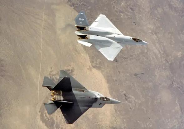 """מטוס הקרב הכי מתקדם שפותח בארה""""ב אי פעם, ומתחתיו אב הטיפוס של ה-F22"""