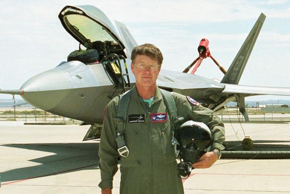 טייס הניסוי פול מץ, מאחוריו ה-F22