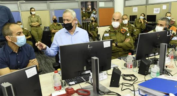 """בני גנץ ו רוני גמזו בחדר מצב קורונה חיילים צבא, צילום: חורחה נובמינסקי, לע""""מ"""
