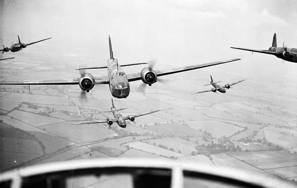 מפציצי וולינגטון בריטיים בדרכם למטרה, צילום: wikimedia