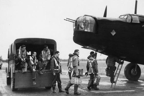 צוות וולינגטון עולה למטוסו, צילום: wikimedia