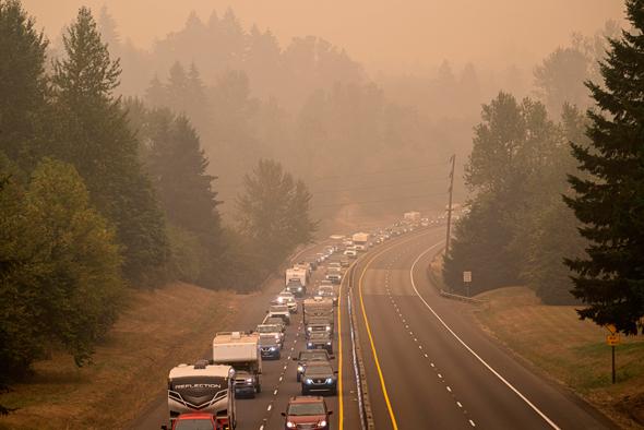 תושבים מתפנים: פקק תנועה ליד אורגון סיטי, צילום: גטי