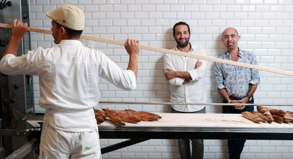"""אטלן (מימין) וסמדג'ה. """"עשינו התאמה מסוימת לטעם הישראלי. למשל, עוגות שמרים וחלות שלא קיימות בצרפת"""""""