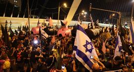 מפגינים בבלפור, צילום: עמית שאבי