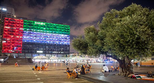 """דגל איחוד האמירויות על בניין עיריית ת""""א"""