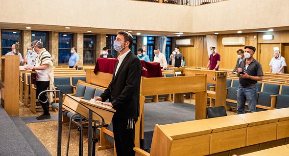 מתפללים בבית כנסת בירושלים, צילום: שלו שלום