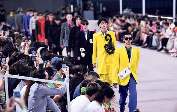 תצוגת בגדי הגברים של לואי ויטון התקיימה השנה בשנחאיי. בתי האופנה הולכים לאיפה שהכסף
