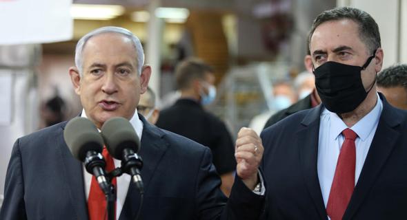 מימין: שר האוצר ישראל כץ וראש הממשלה בנימין נתניהו, צילום: עמית שאבי