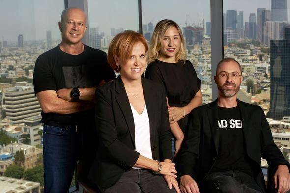 """הצוות המוביל של Team8 פינטק. מימין לשמאל: רונן אסיא, גליה באר־גבל, רקפת רוסק־עמינח ויובל טל. """"אני מכיר בגבולות הניסיון שלי"""""""