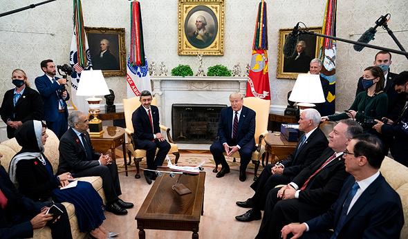 טראמפ ומשלחת איחוד האמירויות בחדר הסגלגל, צילום: גטי אימג