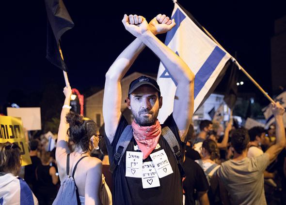 אורן פישר בהפגנות, צילום: אלכס קולומויסקי