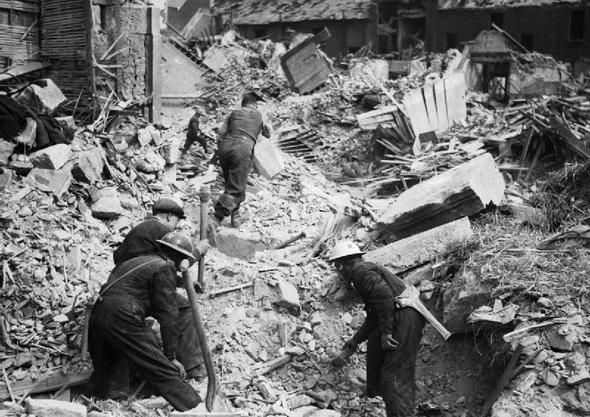 חיפוש ניצולים בהריסות בניין שהופצץ מן האוויר