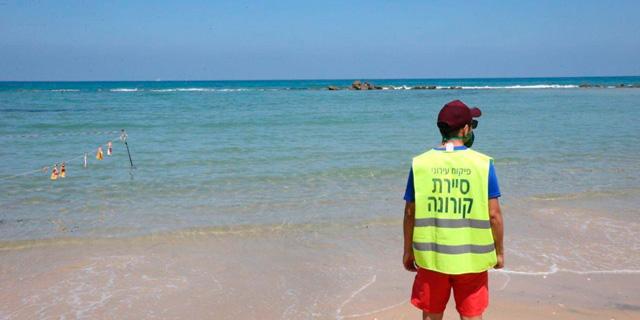 פקח בחוף הים בבת ים, במהלך הסגר הקודם בספטמבר, צילום: מוטי קמחי