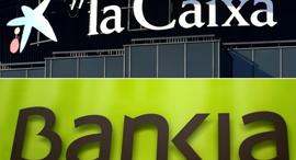הסמלים של שני הבנקים, צילום: איי אף פי