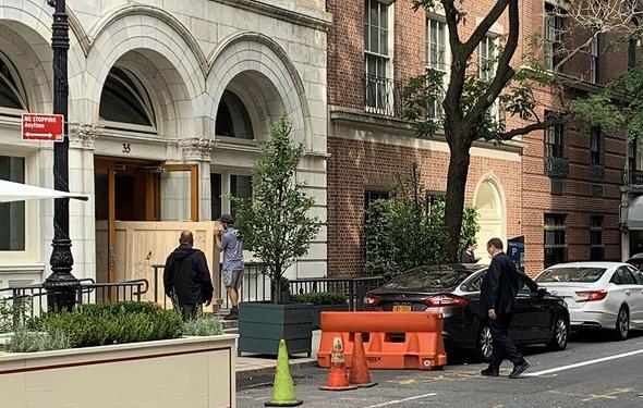 מובילים מוציאים יצירות אמנות ממשרדו של פרלמן באפר איסט סייד במנהטן