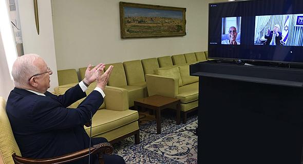 נשיא המדינה רובי ריבלין מבשר למירית הררי שזכתה באות הנשיא להתנדבות 2020