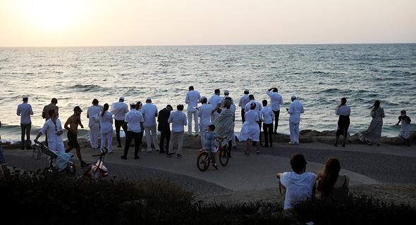 """תשליך בחוף הים בת""""א, צילום: רויטרס"""