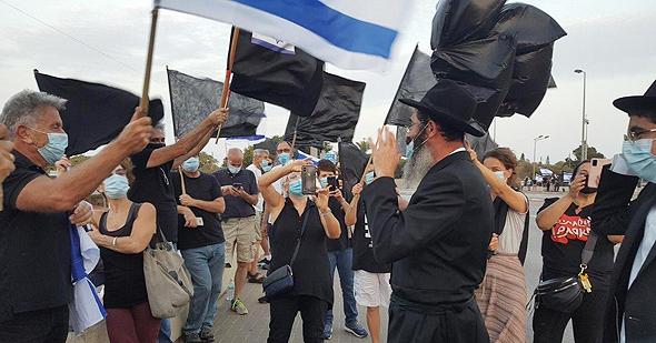 """מחאת הדגלים השחורים בגשר קק""""ל"""