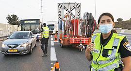 מחסום מחסומים משטרה כביש גהה פקק פקקים עומס תנועה סגר קורונה, צילום: שאול גולן