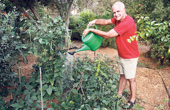 צחי ישורון בגינה הפרטית בבית