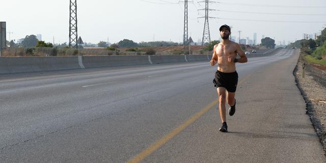 """אדם רץ בזמן הסגר השני ליד כפר חב""""ד, צילום: שאול גולן"""
