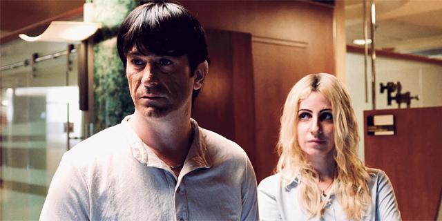 פנאי מימין: דאנה איבגי ויהודה לוי בתור אתי אלון ועופר מקסימוב מתוך מעילה של yes, צילום: באדיבות yes