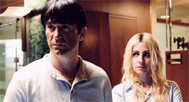 מימין: דאנה איבגי ויהודה לוי בתור אתי אלון ועופר מקסימוב מתוך מעילה של yes, צילום: באדיבות yes