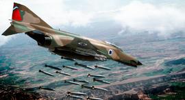 פאנטום מטיל פצצות, מקור: USAF+F4society