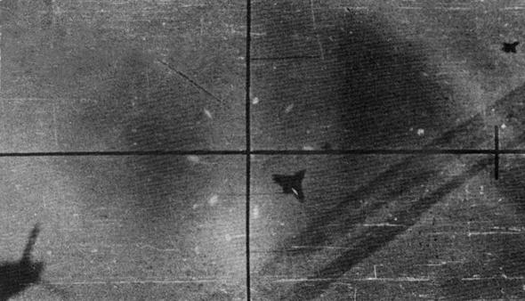 מטוס נשר ישראלי בכוונת של מיג 21. שימו לב לפינת התמונה, הנשר בעצמו רודף אחרי מיג