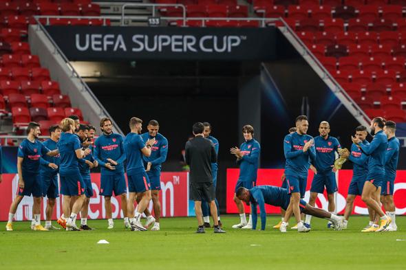 שחקני סביליה מתאמנים באצטדיון בבודפשט