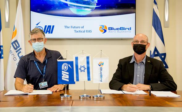 The CEOs of IAI and BlueBird sign an agreement. Photo: IAI