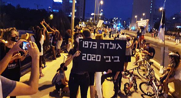 מפגינים על גשר ההלכה בתל אביב, הערב