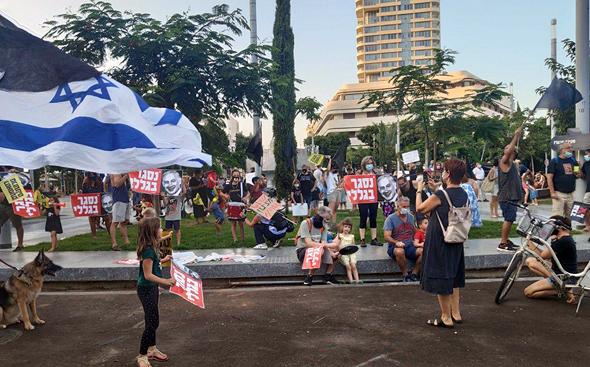 מפגינים בכיכר דיזינגוף, הערב