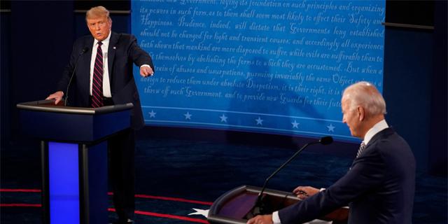 מועמדים לנשיאות? מופע אימים של שני גברים מבוגרים צועקים ולועגים אחד לשני