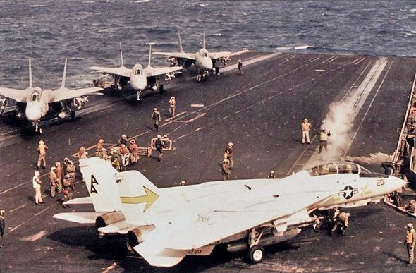 מטוסי F14 על סיפון נושאת המטוסים סרטוגה