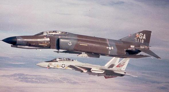 פאנטום ומאחוריו F14