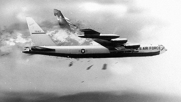 מפציץ B52 שספג פגיעה בכנפו (אילוסטרציה)