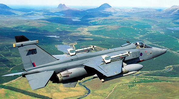 מטוס יגואר של חיל האוויר הבריטי. שימו לב לטילים שנמצאים לו מעל לכנף; בהזדמנות אסביר למה אין את זה ביותר מטוסים