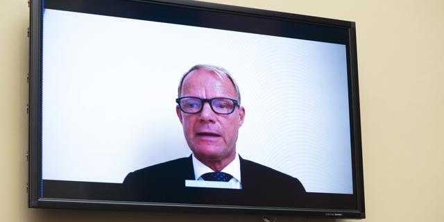 """השימוע שנערך באופן וירטואלי. מנכ""""ל טבע קור שולץ, צילום: בלומברג"""