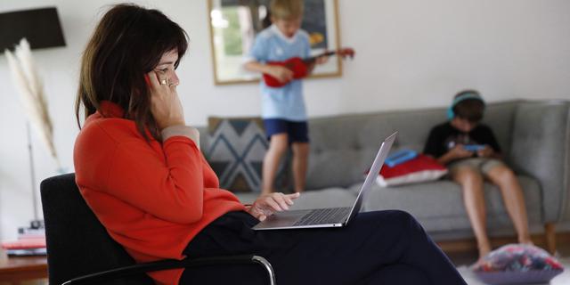 גם כאשר הן מתעדפות את העבודה על פני המשפחה נשים לא חשות יעילות יותר, צילום: בלומברג