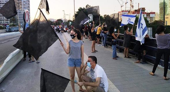 הפגנה בגשר ההלכה, צילום: הדגלים השחורים