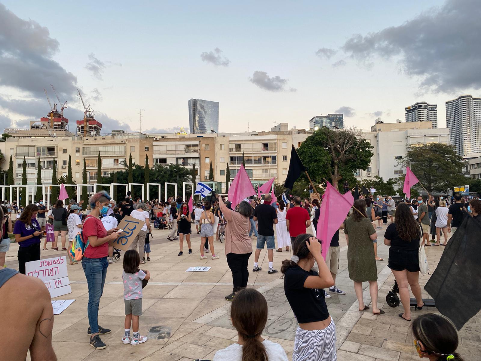 מפגינים בכיכר הבימה בתל אביב, הערב