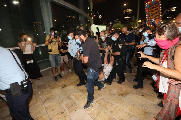 מחאה נגד ראש הממשלה. האכיפה האגרסיבית של המשטרה מלבה את אש העימותים, צילום: מוטי קמחי