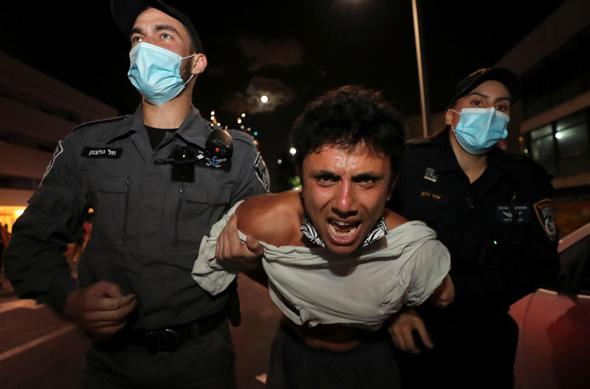 """מעצר בכיכר הבימה, ת""""א, צילום: רויטרס"""