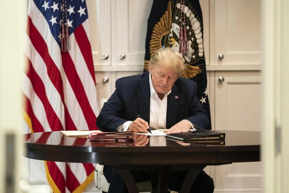 דונלד טראמפ עובד בבית החולים, צילום: AP